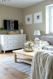 weißes sideboard und fernseher in bild kaufen 12980938