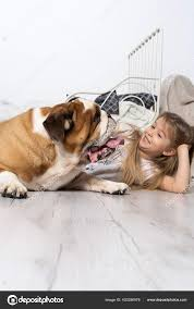 ein junges mädchen im schlafzimmer das mit ihrem hund auf