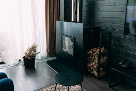 helles und geräumiges luxuriöses wohnzimmer mit kamin