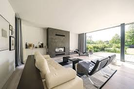 moderner wohnbereich mit großer fensterfront bauhausstil