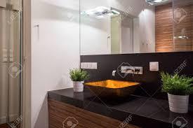 schöne glas waschbecken in stilvoll teuer badezimmer
