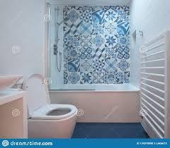 modernes badezimmer mit bad toilette nische in der wand