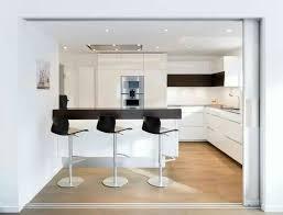 küche nach maß mit schiebetüren aus glas als abtrennung