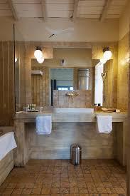 rustikales badezimmer in brauntönen mit bild kaufen