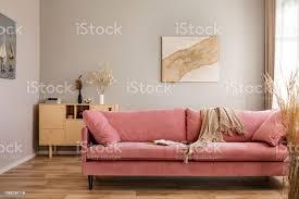 beige decke rosa sofa im hellen wohnzimmer einrichtung mit holzmöbeln und rustikalen paarungen an der wand stockfoto und mehr bilder behaglich