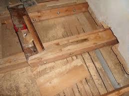 holzbalkendecke unter badezimmer durch wasserschaden geschädigt