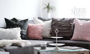 wohnzimmer schwarz weiß rosa living room white arm chairs
