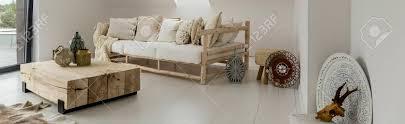 geräumige moderne wohnzimmer mit möbeln aus holz