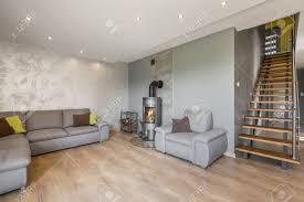 geräumige offene wohnzimmer mit sofa kamin dekorative venezianischem stuck und treppen