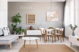 echtes foto einem geräumigen ess und wohnzimmer einrichtung mit holzmöbeln und pflanzen auf einem sockel stockfoto und mehr bilder design