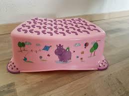 schöner kindertritt in rosa hocker erhöhung badezimmer