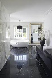 traumbad mit marmor und runder weißen badewanne luxus
