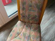 4 stoff bezogene esszimmerstühle aus holz in pastellfarben