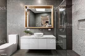 modernes graues designerbadezimmer mit fischgrätdusche stockfoto und mehr bilder architektur
