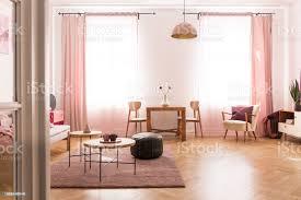 esstisch mit stuhl in der mitte hell pastell rosa wohnzimmer in wohnhaus stockfoto und mehr bilder behaglich