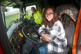 Trucking Couples Share The Cab, Get The Job Done – Commercial Truck ... Commercial Trucks For Sale In Georgia Kenworth T800 Cmialucktradercom Iltraderscom Over 150k Trailers Trailer Traders Hino 268 Rollback Tow Water Truck Equipment Equipmenttradercom Grapple On Campers 2430 Rv Trader Wallace