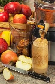 presse fruits et jus de pomme préparation des jus frais sains pommes juicing à la maison dans la cuisine transformer le fruit 80153859 jpg