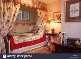 romantische blumen schlafzimmer mit einzelbett im