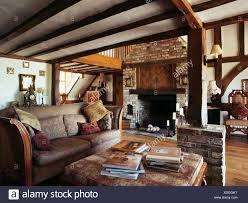 gemusterten sofa im wohnzimmer mit gemauerten kamin und