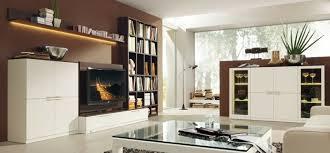 eine braune wandgestaltung im wohnzimmer schaffen