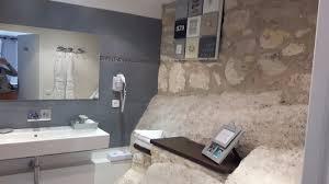 salle de bain avec baignoire balnéo photo de hôtel le d