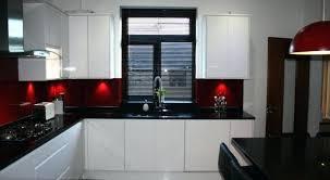 cuisine blanche design deco mur de cuisine cuisine blanche avec plan de travail noir a