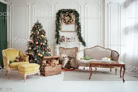 schöne weihnachten interieur silvester dekoration wohnzimmer mit kamin stockfoto und mehr bilder baum