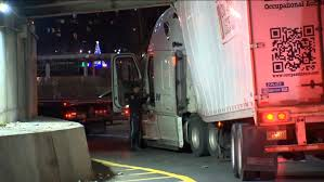 100 Stuck Trucks Box Truck Illustrates Reason For Ban On FDR Drive Abc7nycom