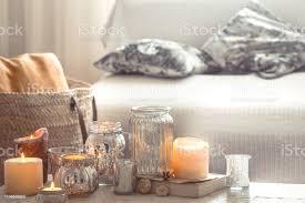 wohnen im haus mit kerzen und vase im wohnzimmer stockfoto und mehr bilder ausgedörrt