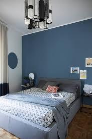 blaue wand im schlafzimmer im bild kaufen 12664811