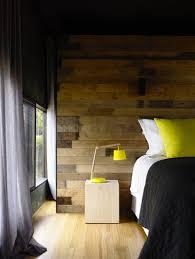 chambre en lambris bois couleur jaune pour deco chambre lambris bois rideaux gris