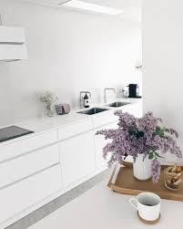 weiße küche mit dunklem fußboden bilder ideen