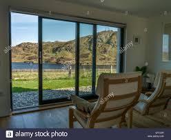 modernes haus wohnzimmer mit stühlen und panoramafenster mit