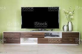 moderne wohnzimmer mit 55zollfernseher und accessoires stockfoto und mehr bilder anrichte