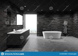 dunkle fliesen geräumige badezimmer wanne und waschbecken