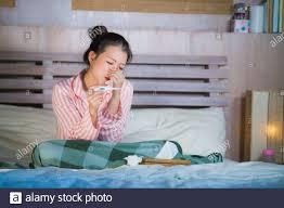 junge schöne und süße asiatische japanische frau im pyjama