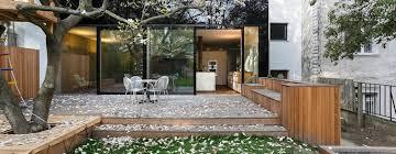 une maison de ville moderne avec un paradis extérieur
