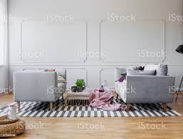 stilvolle wohnzimmer interior design mit zwei grauen sofas und leere wand mit formteil echte foto stockfoto und mehr bilder behaglich