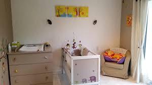 chambre de b b jungle chambre de bébé décorée avec des tableaux sur le thème de la jungle