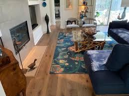 75 moderne wohnzimmer mit vinylboden ideen bilder april