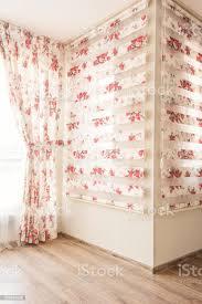 warmes licht durch schiere weißem tüll und vintage floral gardinen jalousien mit roten im schlafzimmer interior design stockfoto und mehr bilder