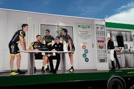 camion équipé cuisine tour de direct energie au régime sec lors de la journée