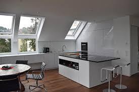 küche in weiß hochglanz unter dachschräge