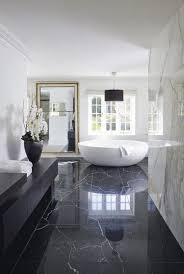 schwarzer marmor boden badezimmer weiss freistehende