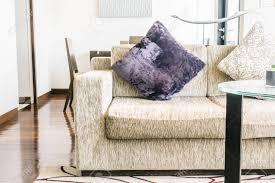 kissen auf sofa dekoration im wohnzimmer vintage lichtfilter