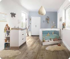 photo chambre bébé bébé complète plume blanche