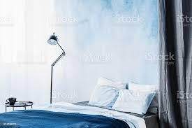 blaues bett zwischen le und grauen vorhang in einfache schlafzimmer innenraum mit tisch und ombre wand stockfoto und mehr bilder aquarell