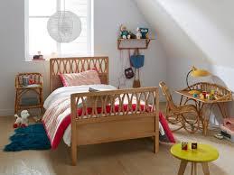 chambre d enfant vintage aménager une chambre d enfant zoom sur la table de chevet