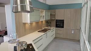 häcker küche mit magnoliefarbenen lackfronten die