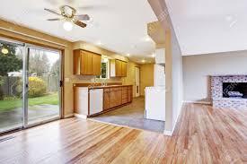 leeres haus interior küche zimmer mit leeren essbereich und schiebetür zum hinterhof blick auf wohnzimmer mit kamin